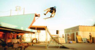 Uno skateboarder in azione, immagine d'archivio