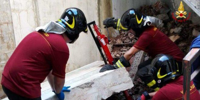 I vigili del fuoco rimuovono la pesante lastra di cemento che ha ucciso il muratore