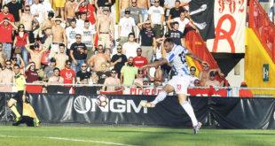 Raicevic calcia il tiro del primo gol del Vicenza