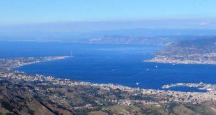 Lo Stretto di Messina visto dai Monti Peloritani, in Sicilia. - Foto di Edd48 (CC BY-SA 3.0)