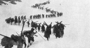 Alpini italiani in marcia nella neve, nel 1917, a 3.000 m di quota
