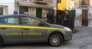 I finanzieri di Schio davanti all'immobile sequestrato a Valdagno