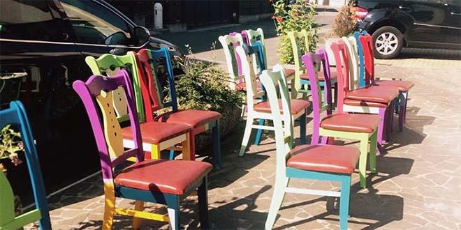 """Le sedie, restaurate nel laboratorio di Cosep, che saranno esposte alla """"Notte dei senza dimora"""""""