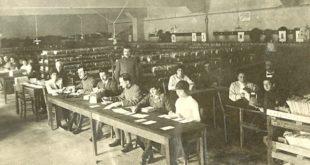 Uomini e donne impiegati in un ufficio postale durante gli anni di guerra, Archivio Touring club italiano. Foto di Cortesi (CC-BY-SA-3.0)