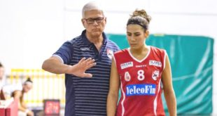 L'ala biancorossa Eugenia Caldaro a colloquio con Coach Aldo Corno