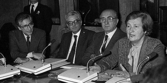 Tina Anselmi, a destra. Accanto a lei, si riconoscono Ciriaco De Mita e Sergio Mattarella