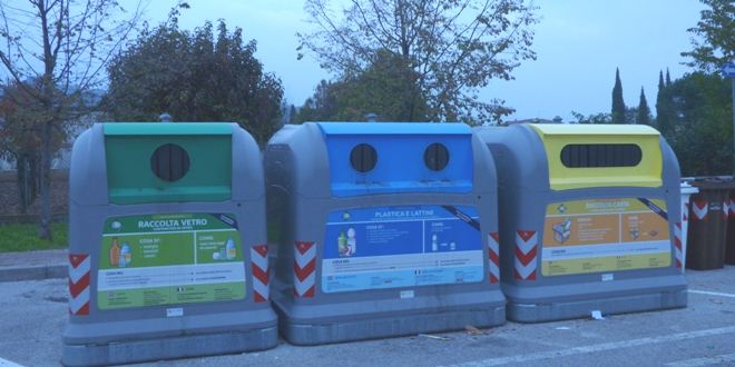 Cassonetti dei rifiuti, come quello danneggiato ad Halloween. Immagine di repertorio