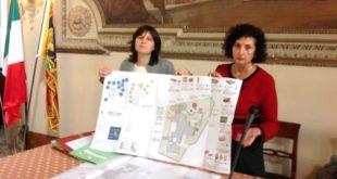 """Gli assessori Balbi, a sinistra, e Cordova, a destra, presentano il progetto """"Un giardino per giocare"""""""