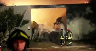 L'incendio della notte scorsa a Poianella di Bressanvido (foto Vigili del Fuoco)