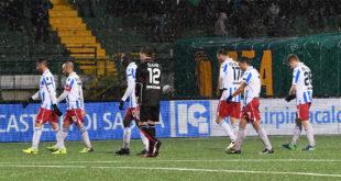 La mesta uscita dal campo, oggi, dei giocatori del Vicenza...