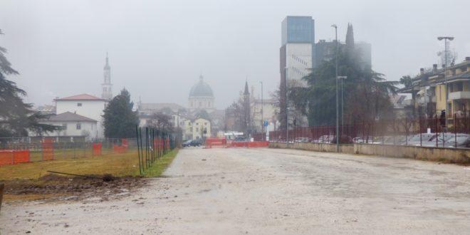 L'area dove sorgerà il parcheggio definitivo vicino al parco di Villa Fabris