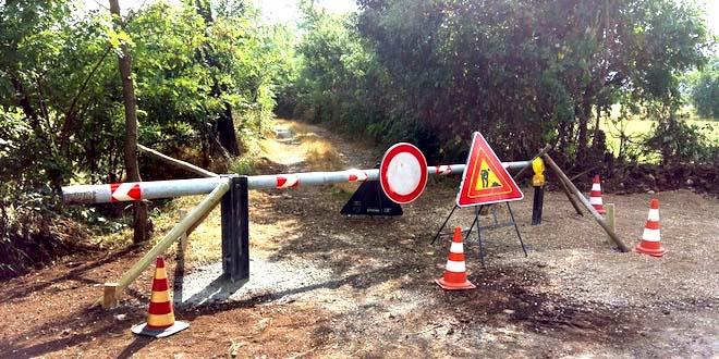 Dispositivi usati in altre zone della provincia per impedire l'accesso di roulotte e camper. Immagine d'archivo