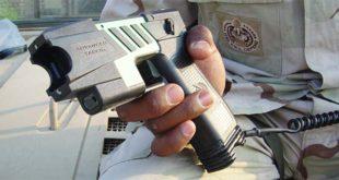 Un taser di tipo militare, dispositivo che usa l'elettricità per paralizzare i il soggetto colpito