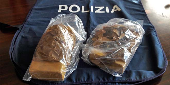 I due panetti di cocaina, da un chilo ciascuno, sequestrati dalla polizia