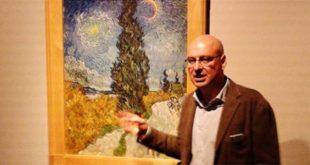 """Marco Goldin vicino al """"Sentiero di notte in Provenza"""" di Van Gogh"""