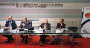 Il tavolo dei relatori dell'assemblea dell'associazione 50&Più