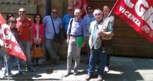 I rappresentanti sindacali, oggi, davanti alla Prefettura di Vicenza