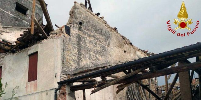 Un particolare dell'edificio crollato