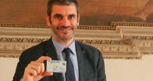 L'assessore Filippo Zanetti mostra una carta di identità elettronica