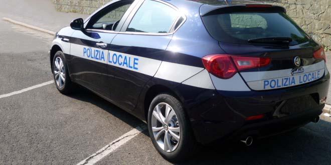 Trova quasi duemila euro e li porta alla polizia locale