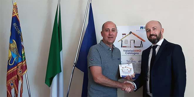 Il sindaco di Caldogno Nicola Ferronato (a sinistra) con Andrea Berdin, vice capo distretto sud di Banca Alto Vicentino