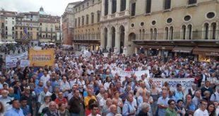 """Piazza dei signori, ieri - Foto dalla pagina Facebook di """"Noi che credevamo nella Banca Popolare di Vicenza"""""""