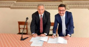 La firma del protocollo d'intesa. Da sinistra il responsabile Rfi De Carlo e l'assessore Dalla Pozza