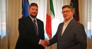 A sinistra, Nicolò Sterle stringe la mano al sindaco di Arzignano Giorgio Gentilin