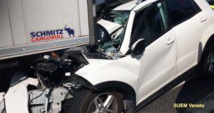 L'auto schiacciata sotto il camion nell'incidente di oggi sul passante di Mestre (Foto: Suem Veneto - Twitter)