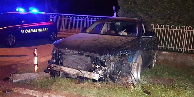 L'auto dei ladri distrutta dopo l'uscita di strada