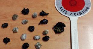 Le dosi di marijuana rinvenute in via Manin