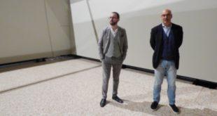 Da sinistra Bulgarini D'Elci e Goldin in una delle sale della mostra. I quadri arriveranno martedì