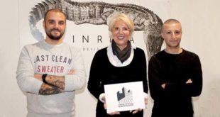 Marica Dalla Valle mostra il logo, con Gianluca De Caro e Giovanni Boschieri, dell'agenzia Inriva