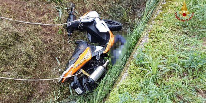 Con lo scooter in un fossato. Muore 31enne