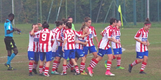 L'esultanza delle biancorosse, nella foto di Margherita Longo, dopo il gol dell'1-1 siglato da Novello