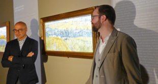 """Goldin, a sinistra, e Bulgarini d'Elci, accanto a """"Paesaggio con la pioggia"""", di Van Gogh"""