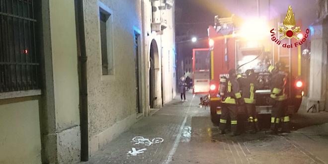 Schio, principio d'incendio in un mini nel centro storico