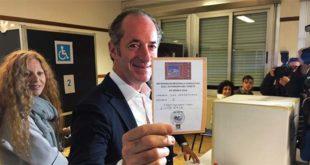 Il presidente della Regione Veneto Luca Zaia mostra la ricevuta che attesta il suo voto