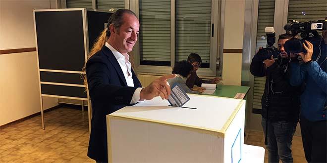 Il presidente della Regione Veneto Luca Zaia, ieri, al momento del voto