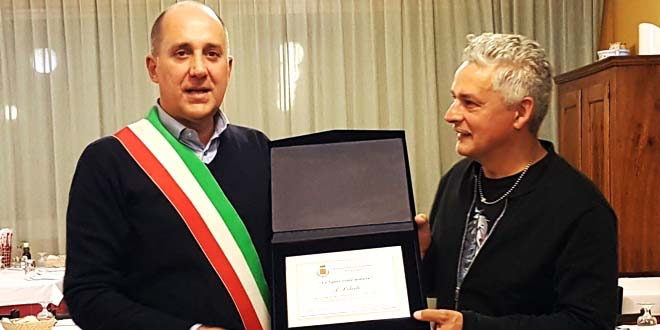 Il sindaco di Caldogno, Nicola Ferronato, consegna il premio a Roberto Baggio