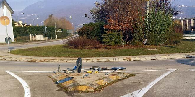 La segnaletica stradale abbattuta dopo l'incidente