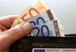 Trova portafoglio con 1200 euro e lo porta ai carabinieri