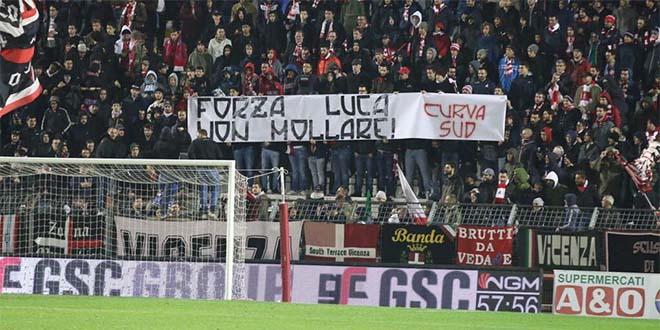 La solidarietà dei tifosi biancorossi a Luca Fanesi (Foto tratta dalla pagina Facebook della Curva Sud)