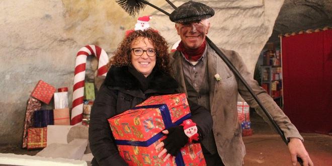 Il sindaco di Montecchio, Milena Cecchetto, durante una visita alla vera di mora di Babbo Natale