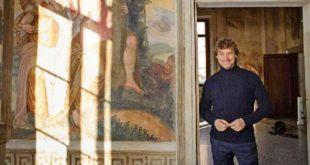 Alberto Angela in un momento delle riprese all'interno di Villa Caldogno