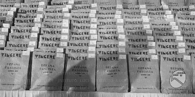 Le buste di doni della Befana Fascista (Foto tratta da: http://senato.archivioluce.it)