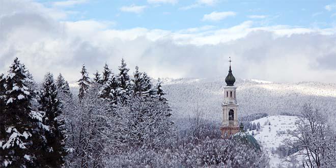 Dettaglio del campanile di Asiago con la neve. (Foto tratta dal sito www.asiago.it)