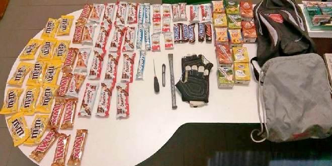 Il materiale trovato e sequestrato da carabinieri e agenti di polizia locale
