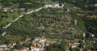 Una veduta aerea della cinta muraria di Marostica, in un suggestivo scatto di Mario Bozzetto