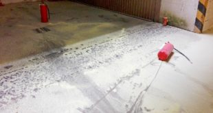L'interrato del condominio di Arzignano imbrattato con la polvere degli estintori